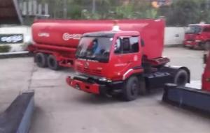 Sri Lankan Fuel Truck Driver Makes A Crazy Sharp U Turn
