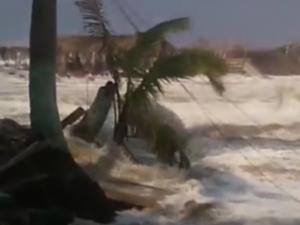 3 Dead Hundreds Evacuated As Waves Batter Mexico