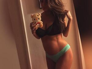 Pregnant Model With Killer Abs Draws Controversy