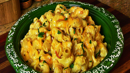 Holiday Series Cheesy Macaroni and Cheese with Roasted Garlic
