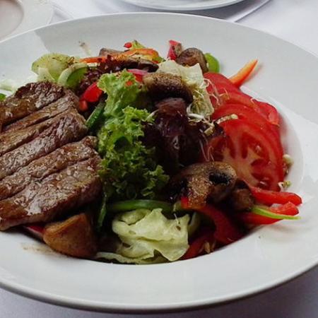 Großer Salatteller mit Champignons und Rumpsteak