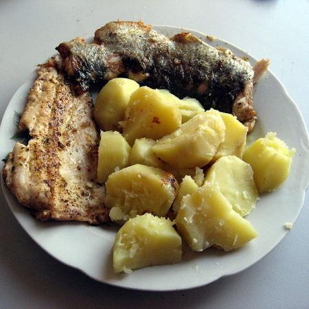 Pstruh duhový a vařené brambory