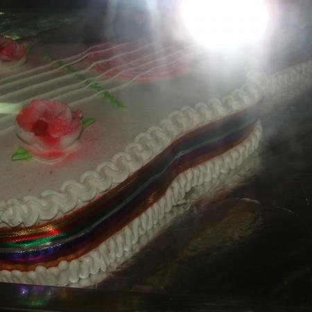 Guitar-Shaped-Vanilla-Cake