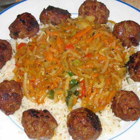 Rice with meatballs and vegetables
