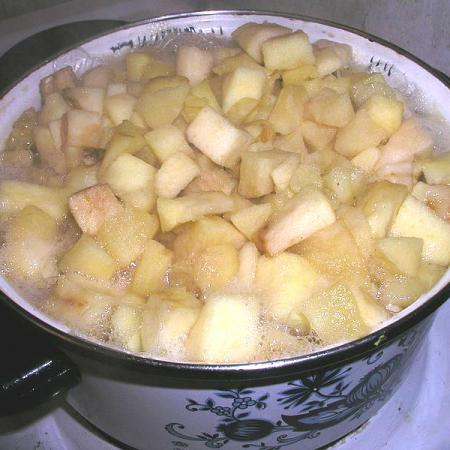 Simmering of apple cubes
