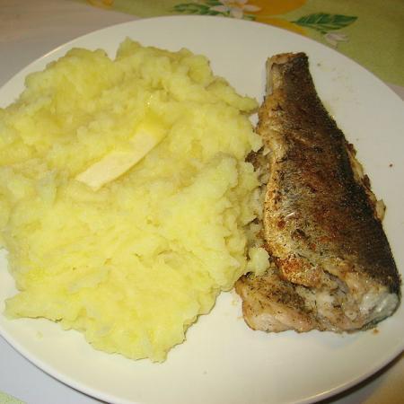 Pstruh a bramborová kaše s máslem
