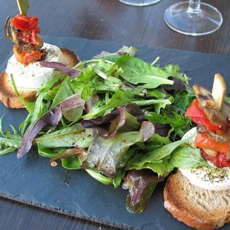Salade mesclun et chèvre chaud sur toasts