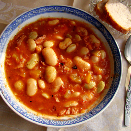 Polish bretonne beans with tomatoes