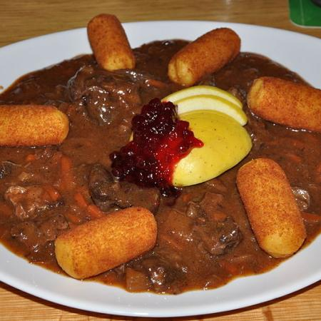 Venison goulash with apples