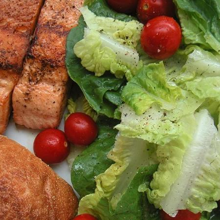 Salmon with salad and bread