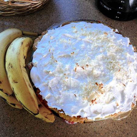 Banana cream pie with bananas
