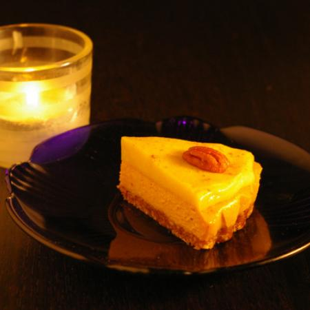 Vegan pumpkin pie with tealight