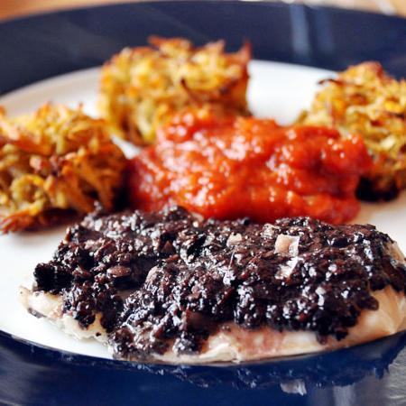 Pasta, tomatsauce og bagt cod with olive tapenade